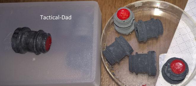 ME Vorsatzgashülsen mit CN Tränengas. Der Kunststoff der Hülsen zersetzt sich, so dass ich die Linke mit Nagellack konserviert habe.