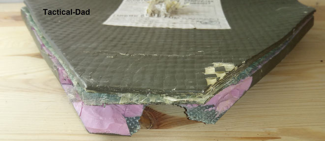 Hier sieht man die beschädigte SK4 Keramikplatte im Detail und ihren Aufbau, aus mehreren Schichten. Unten ist der .44 Mag. Treffer, der auch ohne Weichballistik gehalten wurde.