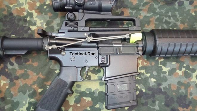 """In Israel werden die Sicherheitsfahnen (""""Saftyflags"""") mit einem Gummiband an der Waffe befestigt. Beim Durchladen fliegen sie automatisch raus."""