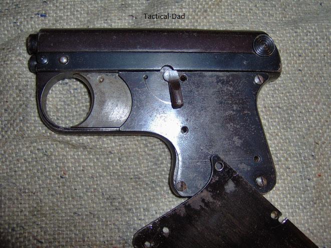 Linke Waffenseite der ASS Pistole ohne Griffschalen