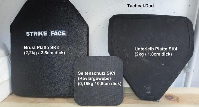 Drei unterschiedliche ballistische Platten. Die linke Keramikplatte stammt aus den USA. Die Schutzplatte für den Unterleib ist von der bekannten Bundeswehr Bristol Weste.