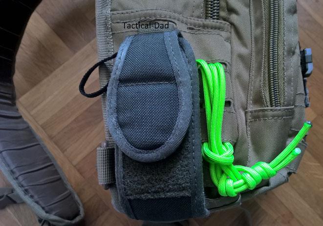 Ich habe lediglich eine Molle Tasche außen an der Viper Tactical Tasche befestigt, für meinen Mil-Tec Multifunktionskompass (gelegentlich habe ich auch ein Glock Magazin darin). Das neonfarbene ist eine handgeknüpfte Fessel.