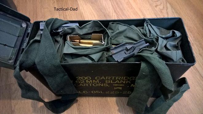 .223 Munition auf Ladestreifen in Bandoliers gelagert und in einer Munitionskiste wasser- und luftdicht verpackt. .