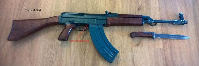 Deko VZ-58 Gewehr (Samopal) mit Bajonett.