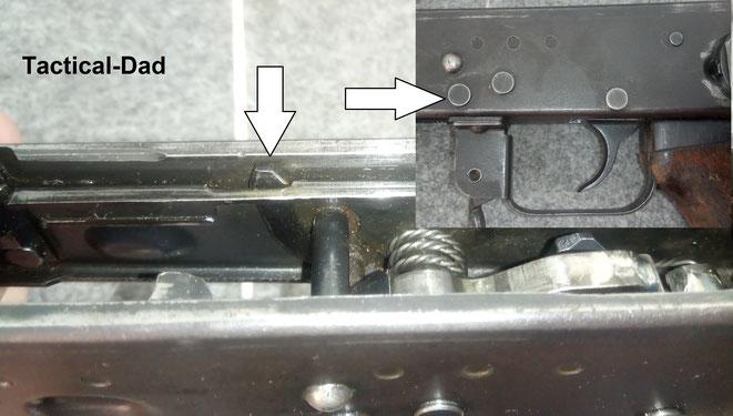Das hier ist der Sperrhebel, der bei jeder vollautomatischen AK47 den Hammer so lange festhält, bis der Verschluss ganz vorne angekommen ist. Erst dann drückt er diesen Hebel runter und der Hammer schlägt auf den Schlagbolzen.