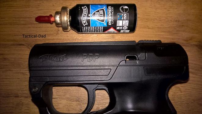PDP Pfefferpistole mit Kartusche. Das OC ist mit UV Farbstoff zur Markierung von Tätern versetzt.