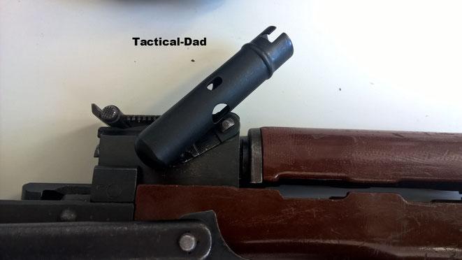 Die Putzzeug Hülse kann als Demontagewerkzeug verwendet werden. Wenn man den Hebel der AK löst, kann der obere Handschutz abgenommen werden.