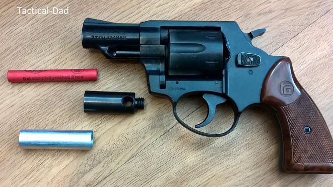 AKAH (Röhm) Hubertus Revolver mit Abschussbecher. Auf dem Lauf sind beide Kaliber genannt. Eingesetzt ist die .22 Trommel. Dabei ist das ebenfalls sehr interessante 9mm Raketenpfeifgeschoss von Depyfag