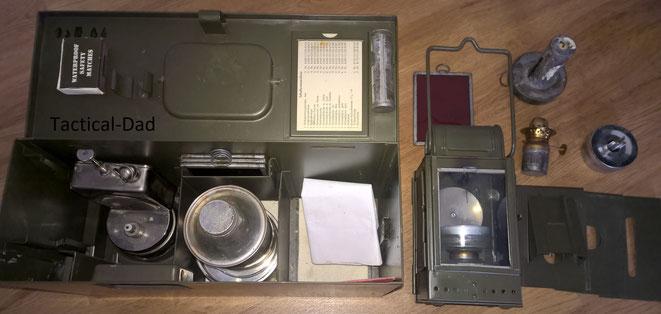 Die Einheitslaterne der Bundeswehr ist nicht nur ein richtig tolles Teil, sondern sie ermöglicht den Einsatz von Kerzen, Bunkerkerzen (große Teelichter), Petroleum und Karbit. Dazu hat sie diverse Signal und Tarnaufsätze.