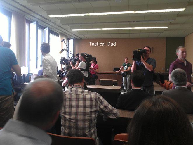 """Das Foto habe ich im Gerichtssaal gemacht. Links sitzt das """"Opfer,"""" das von der Presse kreiert wurde. Es ist unfassbar, was die versammelten """"Leitmedien"""" vertuscht haben. Dort habe ich das Wort """"Lückenpresse"""" schmerzlich kennen gelernt."""