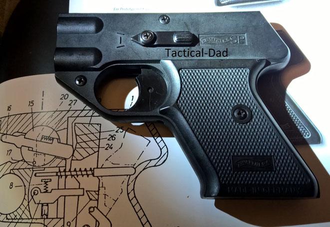 Die Signalpistole Walther SP die nicht in Serie gefertigt wurde. Der Hebel auf der Seite schwenkt den Schlagbolzen vor den entsprechenden Lauf.