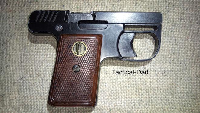 """Wadie Gas-Alarm-Pistole ohne PTB. Hier zu sehen ist das """"Feuerblech"""" um die Hand zu Schützen. Denn dort ist ein Spalt ähnlich dem Trommelspalt bei Revolvern."""