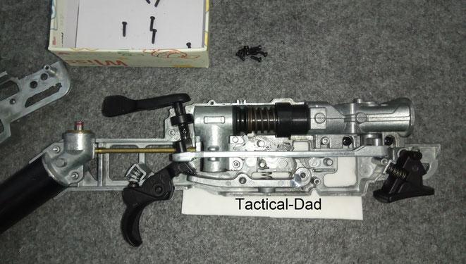 So sieht die Mechanik der Umarex HDS68 innen aus. Das Gehäuse für die CO2 Kapsel kann einfach abgezogen werden. Auch die Schubstange und der Umschalter kommen sehr einfach raus.