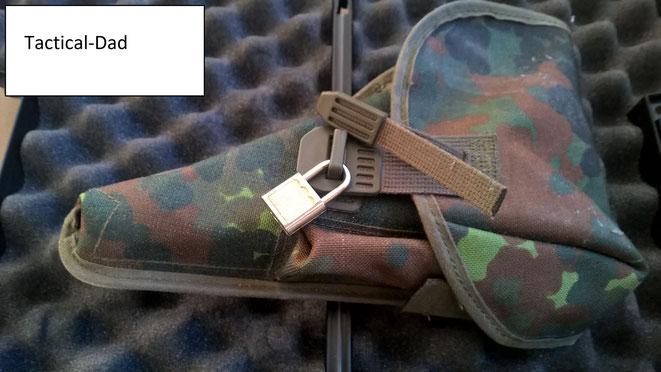 Nur als Neuling beim Schießen habe ich einen Pistolenkoffer benutzt, zum Transport meiner Waffe. Heute schließe ich einfach ein BW P1 Koppelholster ab und stecke es in den Rucksack.  Oder ich bringe ein Vorhängeschloss am Rucksack an.
