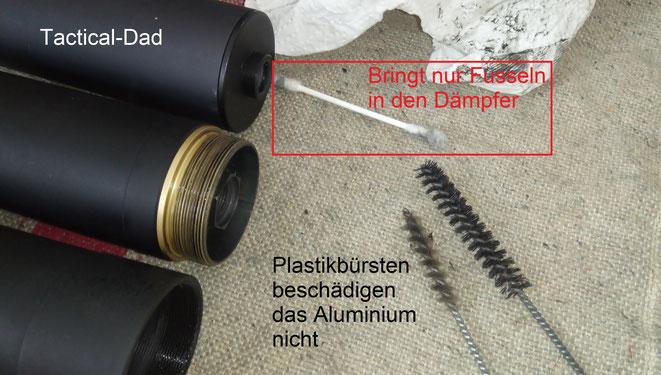 Man sollte niemals mit etwas zum Reinigen in den Dämpfer gehen was dort Fusseln hinterlässt. Den gröbsten Dreck kann man mit Kunststoffbürsten lösen.