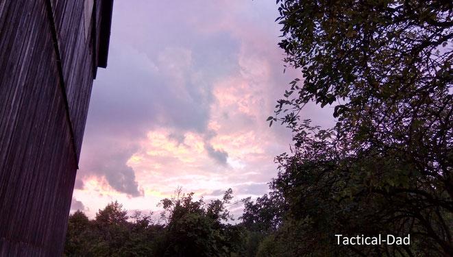 Die Sonne senkt sich und der bayerische Himmel färbt sich spektakulär in Feuerfarben.