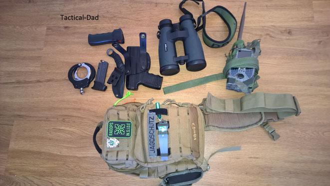 Mein Viper Tactical Sling Bag mit Handfesseln, Pfefferspray, Ersatzmagazin, P.I.K.E. Messer, Walther PPS, DDoptics Pirschler und Seisinger SIM-Karten Wildkamera.