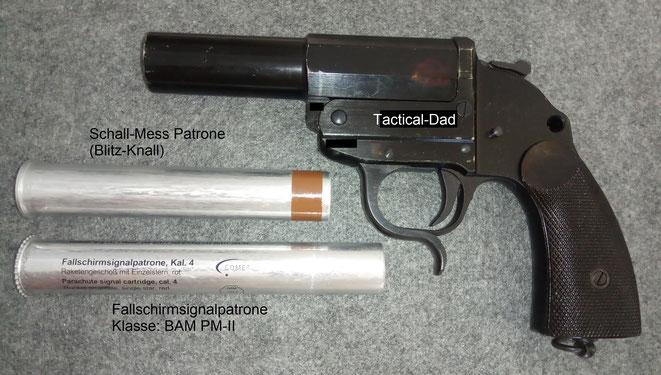 """Eine Kaliber 4 Signalpistole aus meiner Sammlung (Walther - """"Heeresmodell"""") mit einer Fallschirmsignalpatrone und eine Schall-Messpatrone."""