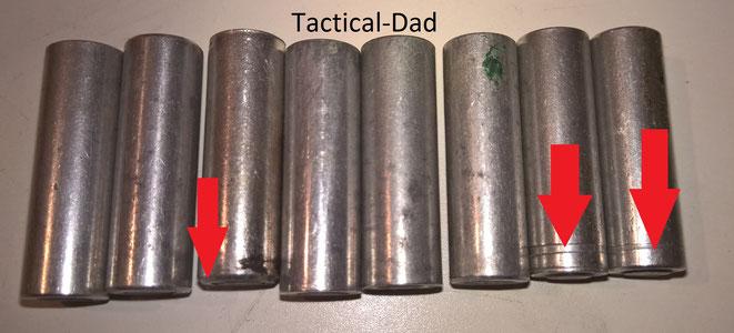 Manche 8mm Lacrimae Kartuschen haben zusätzliche Rillen um den Inhalt zu kennzeichnen. Leider weiß ich noch nicht was sie genau bedeuten. Die Kartusche mit dem schrägen Rand ist die von der HS4 Pistole.