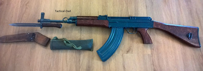 Deko VZ-58 Gewehr (Samopal) mit aufgepflanztem Bajonett.
