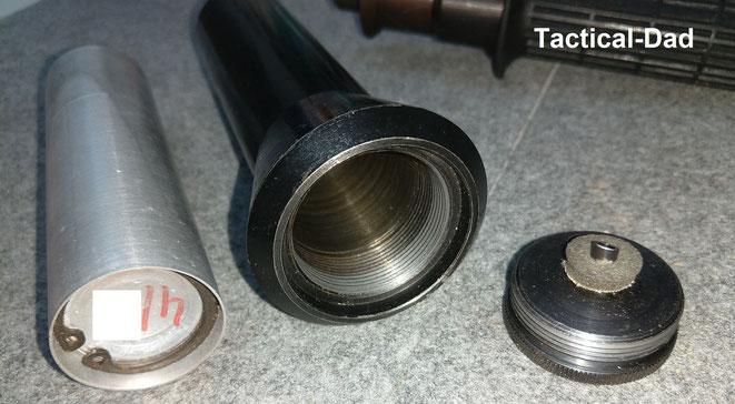 Durch den Druck des Zündhütchens wird die Kaltgas Dose gegen den Dorn gedrückt. Der Reizstoff strömt daher blitzartig nach vorne raus.