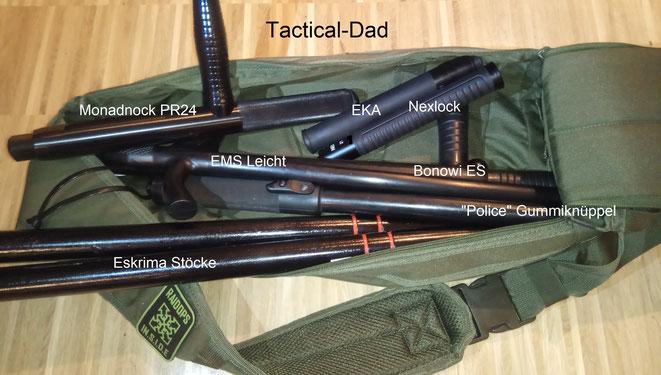 """Der Tactical-Dad schleppt seine Sammlung aus der Waffenkammer: Monadnock PR24 Teleskoptonfa, EMS Leicht, Bonowi EKA, Bonowi ES, Nextorch Nexlock, """"Police"""" Schlagstock mit Reizstoff und die bekannten Eskrima Stöcke."""