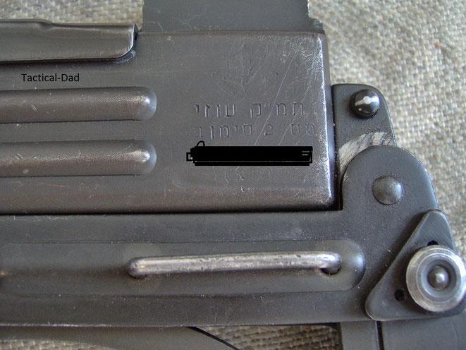 Deko UZI israelischer Herkunft von ZIB Militaria mit hebräischer Beschriftung.