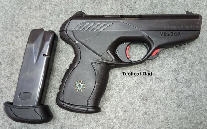 Die Vektor CP1 Pistole hat trotz ihre schmalen Form doppelreihige Magazine. Ein kurzes mit 12 Schuss und ein langes mit 13 Schuss.