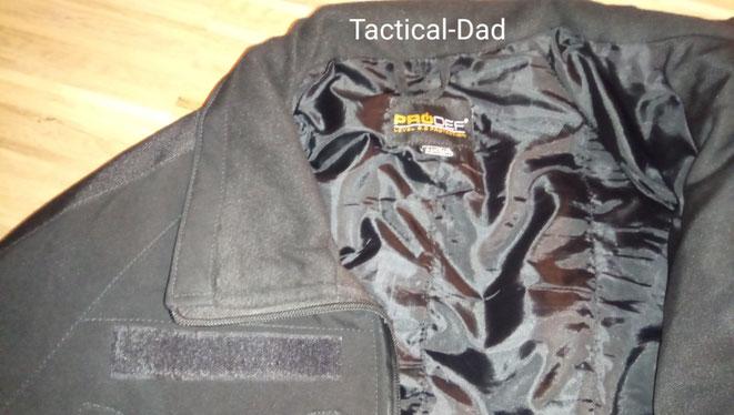 Diese Jacke wurde von der Firma Prodef mit Schnittschutzmaterial aufgerüstet und eignet sich vor allem für Sicherheitsmitarbeiter.