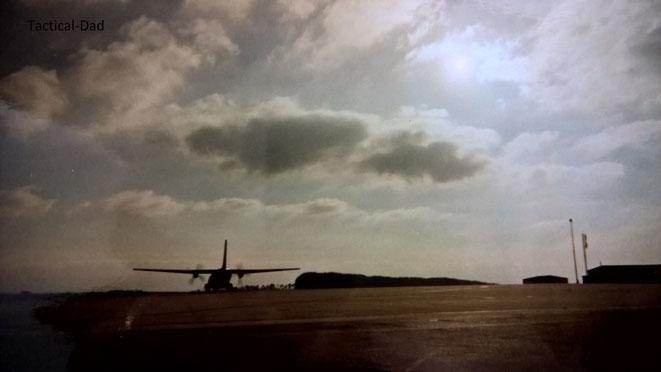 Die Sonne neigt sich über dem Flugfeld, eine Transall hebt ab, es riecht nach Kerosin und ich empfinde tiefste Zufriedenheit in meinem Beruf.