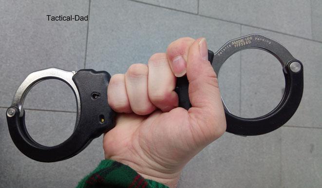 """Dieser Griff heißt """"Speedcuff"""" und genau so wird eine Fessel beim Anlegen gehalten. Diese Technik gewährt die maximale Kontrolle über die Situation."""