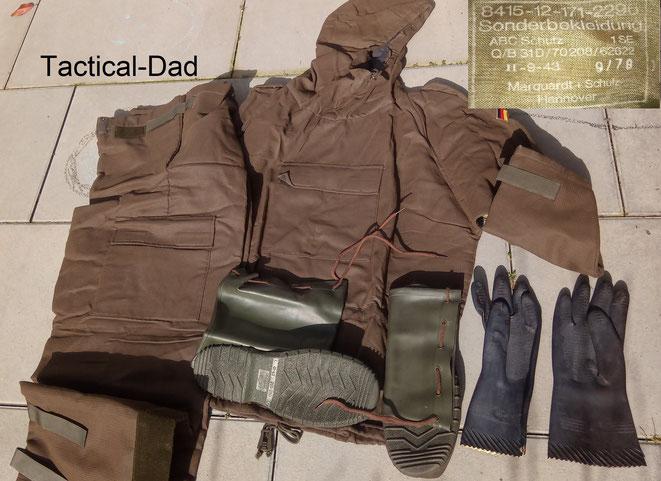 """Der """"Obergarment"""" Schutzanzug der Bundeswehr. Im Gewebe ist Aktivkohle eingearbeitet. Er ist etwas angenehmer zu tragen als ein Gummianzug, kann aber nur ein Mal verwendet werden."""