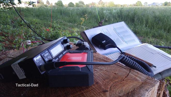 Wenn man auf einen Berg geht, sein CB-Funkgerät an eine Powerbank anschließt und eine Drahtantenne in einen Baum spannt kann man damit auch eine anständige Reichweite erzielen.