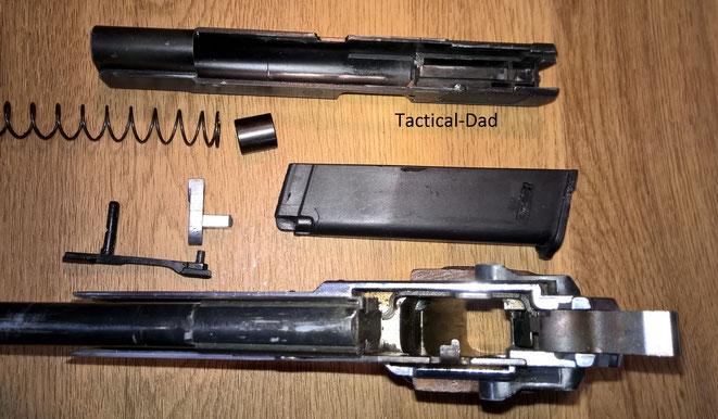 So sehen die Innereien der GPDA8 aus. Mein Magazin ist leider das sehr schlechte Kunststoffmagazin, das Hemmungen verursacht und den Verschlussfang oft nicht betätigt. Später wurden Metallmagazine für die Pistole gefertigt.
