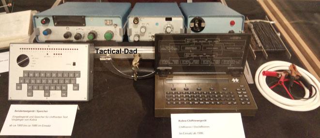 P26 Stay Behind Funkausrüstung. Das Sendertastgerät (links) überträgt Text ins Funkgerät und wurde 1986 vom Chifriergerät Kobra (rechts) abgelöst.