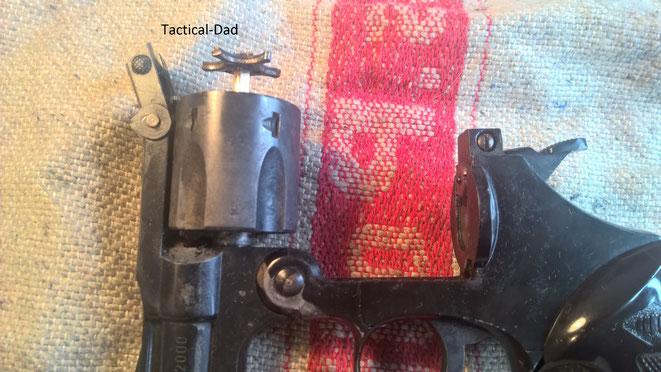 Der Geöffnete Perfecta 2000 Schreckschussrevolver mit aktiviertem Ausstoßmachanismus. Man sieht hier auch deutlich, dass der Revolver keine Sicherheitsrast hat und der Schlagbolzen auf den Zündhütchen aufliegt.