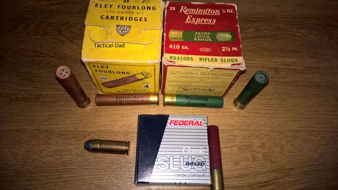 .410 Schrotpatronen und Flintenlaufpatronen. Unten links ist eine .45 long Colt Patrone.
