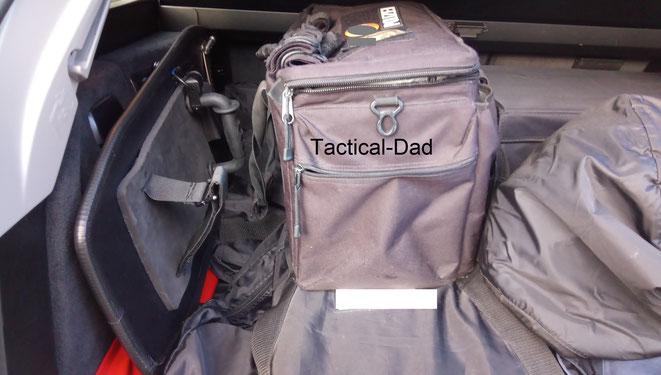 Das Armschild nimmt auch im vollen Kofferraum nicht viel Platz weg und ist nur wenig größer als die üblichen Einsatztaschen.
