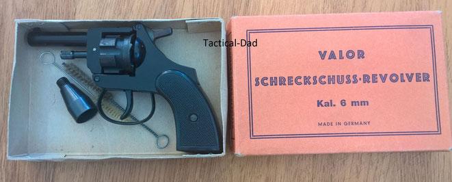 6mm Valor Schreckschussrevolver mit Verpackung, Bürste und Abschussbecher für Pyrotechnik.