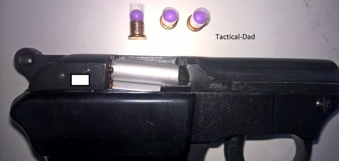 Die HS4 Pistole mit ersatzweise angefertigten Hülsen, Schotzündern und Airsoftkugeln (Alle rechtlichen Vorgaben wurde eingehalten!). Man sieht hier deutlich, dass die Munition nach unten geneigt vor dem Lauf liegt um Mißbrauch zu verhindern.