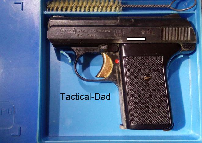 """Die Reck P6 """"Gas-Pistole"""" im Kaliber 8mm von mir stammt von 1969, dem ersten Jahr in dem PTB-Zulassungen vergeben wurde. Die P6 wurden in blauen Plastikboxen ausgeliefert."""