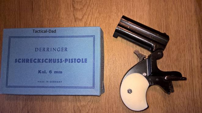 Wie bei jedem Derringer nach Remington Bauart wird das Laufbündel nach oben abgeklappt, wenn man den Öffnungshebel nach vorne schwenkt.