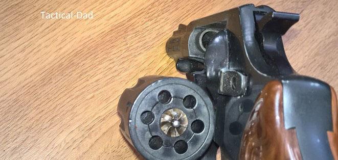 AKAH (Röhm) Hubertus Revolver. Blick in die Kartuschenlager der .22 Trommel
