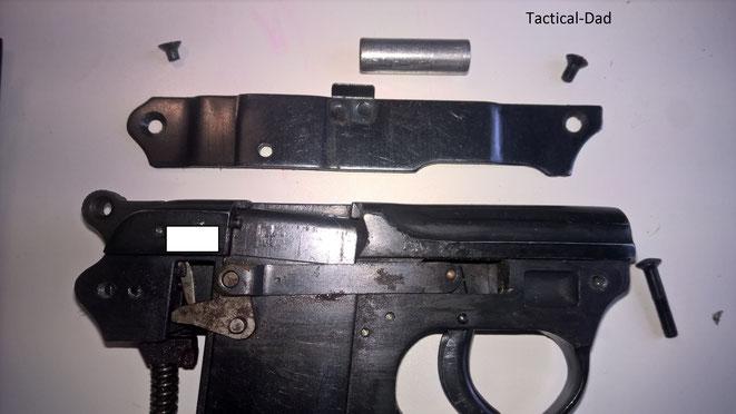 Die zerlegte HS4 Pistole mit dem sichtbaren Abzugsgestänge.