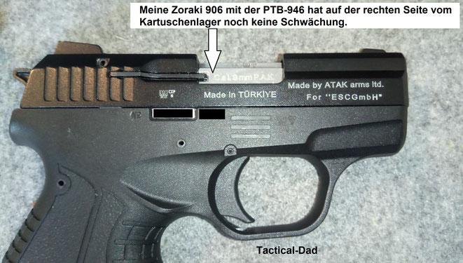 Die Zoraki 906 mit der PTB Nummer 946 hat noch keine Schwächung auf der rechten Seite vom Kartuschenlager. Sie hat lediglich eine verdeckte auf der linken Seite.