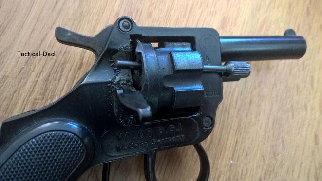 6mm Valor Revolver: Ladeklappe ist offen und die Trommelachse als Ausstoßer in der Trommel.