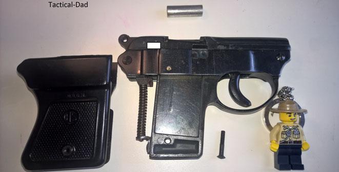Die zerlegte HS4 Gaspistole mit Lego Wildhüter / Jagdaufseher.