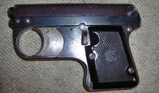 ASS Lacrimae Pistole 33/6. Diese Schreckschusspistole hat natürlich noch keine PTB Zulassung und wurde von August Schüler entwickelt.