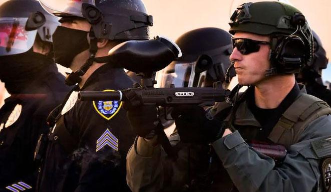 Hier ist ein besseres Foto einer Tippmann FT-12 Paintballwaffe, im Einsatz bei der San Diego Polizei.