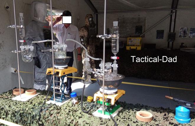 Hier seht Ihr einen Versuchsaufbau zur einfachsten Herstellung von Hautkampfstoff durch Terroristen (Danke Frau Oberstleutnant, für Ihre Zeit und die Erklärungen dazu).